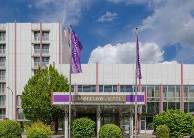 Mercure Hotel Stuttgart Sindelfingen Messe Hoteleingang mit Parkplatz Totale