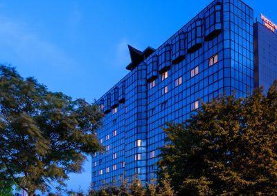 mercure-hotel-koblenz-aussenansicht-schraeg-in-der-daemmerung