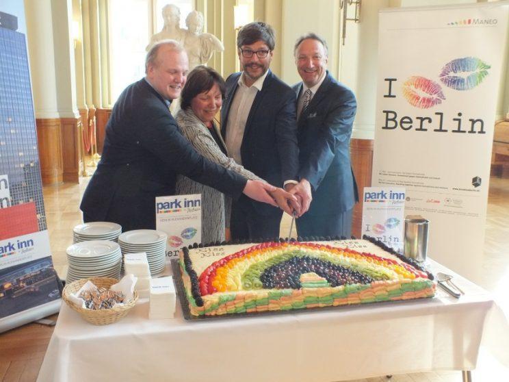 """Regenbogenkuchen für MANEO-Kampagne """"Kiss Kiss Berlin"""""""