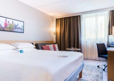 Novotel Hotel Maastricht - Hotelkamer roze vanuit gang iets donkerder