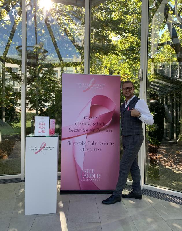 Sales Manager Janis Gromows am Welt Brustkrebs Tag im Pullman Munich